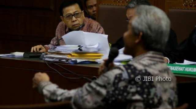 Terdakwa kasus korupsi pengadaan KTP elektronik (e-KTP) Setya Novanto (kiri) mendengarkan kesaksian Ganjar Pranowo (kanan) di Pengadilan Tipikor, Jakarta, Kamis (8/2/2018). (JPU) KPK. (JIBI/Solopos/Antara/Rivan Awal Lingga)