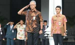 Gubernur Jateng Ganjar Pranowo (kiri) dan seorang ajudan bernama Dody Zakaria (kanan) pada apel pagi di Sekretariat Daerah Jateng, Jl. Pahlawan, Kota Semarang, Jateng, Rabu (14/2/2018). (Instagram-@ganjar_pranowo)