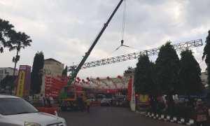 Pekerja menggunakan crane memasang gapura Selamat Tahun Baru Imlek 2569/2018 di Jembatan Pasar Gede, Solo, Minggu (4/2/2018). (Nicolous Irawan/JIBI/Solopos)