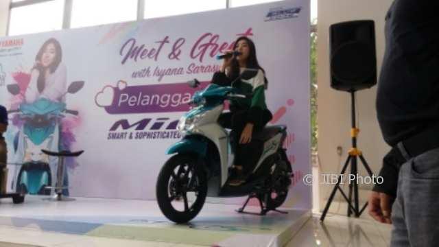 Isyana Sarasvati saat berpose di atas motor Yamaha Mio S di Yamaha Flagship, Semarang, Sabtu (3/2/2018). (Imam Yuda S./JIBI/Semarangpos.com)