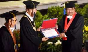 Rektor Undip Prof. Yos Johan Utama (tengah) memberikan tanda penganugerahan gelar doctor honoris causa atau doktor kehormatan kepada Jaksa Agung H.M. Prasetyo (kanan) di Kota Semarang, Jateng, Kamis (22/2/2018). (JIBI/Solopos/Antara/Aditya Pradana Putra)