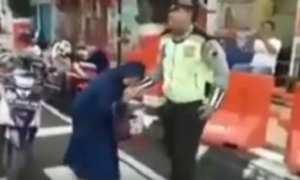 Potongan video perempuan yang menggigit tangan polisi ketika tak mau diberi surat tilang di Jl. Ahmad Yani, Kabupaten Kudus, Jateng, Kamis (22/2/2018) pagi. (Facebook.com-Info Seputar Kudus)