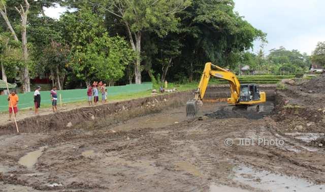 Ekskavator dioperasikan untuk mengeruk tanah kas desa yang direncanakan menjadi kolam renang di Desa Gedaren, Kecamatan Jatinom, Klaten, Kamis (1/2/2018). (Taufiq Sidik Prakoso/JIBI/Solopos)