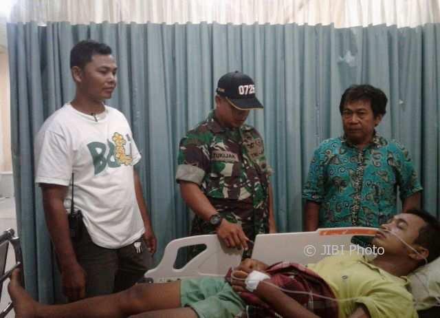 Korban sengatan tawon, Haryanto, 32, tergolak lemas dengan selang oksigen di hidungnya di RSUD dr. Soeratno Gemolong, Sragen, Sabtu (3/2/2018). (Istimewa/Agus Subagyo/Pemerintah Kecamatan Kalijambe)