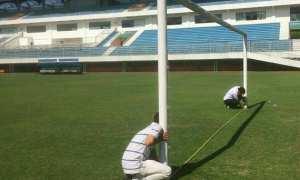 Perwakilan dari PT LIB mengecek kondisi lapangan di Stadion Maguwoharjo, Kabupaten Sleman, DIY, Selasa (6/2/2018). (Instagram-@psisfcofficial)