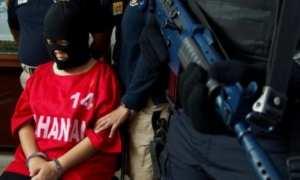 Petugas Bea Cukai mengawal EW, 41, tersangka kasus penyelundupan narkotiba jenis sabu-sabu di Kanwil Bea Cukai Jateng-DIY, Kota Semarang, Jateng, Kamis (22/2/2018). (JIBI/Solopos/Antara/R. Rekotomo)