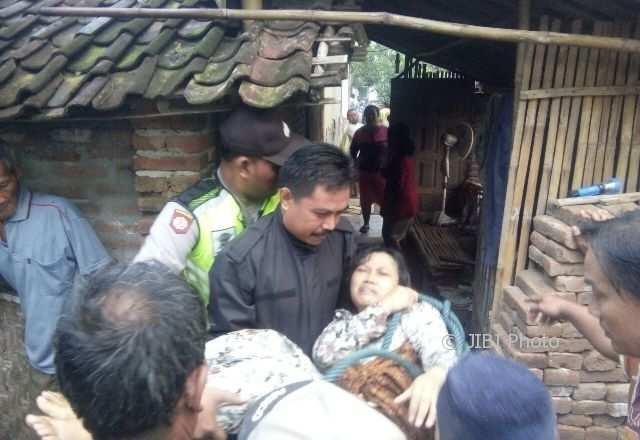 Aparat Polsek Bendo Magetan mengevakuasi perempuan yang ditemukan di sumur, Kamis (8/2/2018). (Istimewa/Polres Magetan)