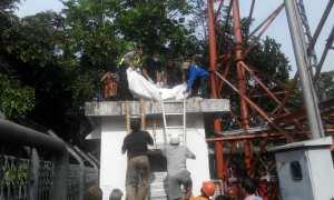 Aparat bersama relawan sedang mengevakuasi jenazah Waras yang bunuh diri dengan cara terjun dari menara telekomunikasi, Dusun Sayangan, Desa Banjararum, Kecamatan Kalibawang, Jumat (2/2/2018).(Uli Febriarni/JIBI/Harian Jogja)