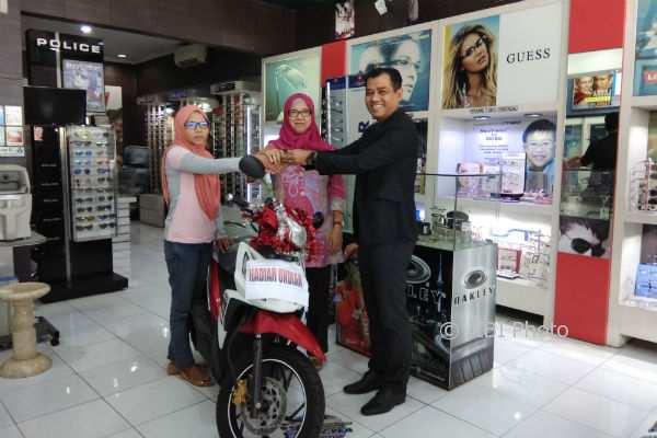 Pemilik Optik Modern, Suharyady menyerahkan hadiah program undian Optik Modern 2017 sepeda motor diserahkan secara simbolis kepada Dariyah dan Mujiyati, Senin (5/2/2018). (Harian Jogja/Holy Kartika N.S)