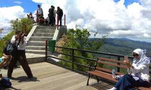 Wisatawan berswa foto di puncak Widosari yang terletak di Pedukuhan Tritis, Ngargosari Samigaluh Kulonprogo, Kamis (22/2/2018). (Beny Prasetya)