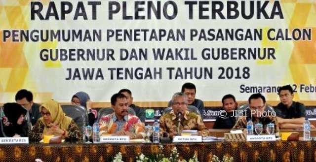 Para komisioner KPU Jateng mengumumkan penetapan pasangan cagub-cawagub peserta Pilgub Jateng 2018 di Kantor KPU Jateng, Kota Semarang, Jateng, Senin (12/2/2018). (JIBI/Solopos/Antara/R. Rekotomo)