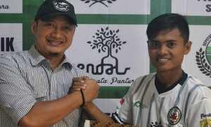 CEO Persik Kendal Wibowo Heru Setiawan (kiri) dan pemain anyar Persik Kendal Andrid Wibawa (kanan). (Instagram-@persikkendal_official)