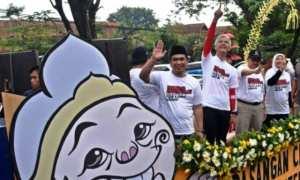 Pasangan calon gubernur dan calon wagub Jawa Tengah Sudirman Said (kedua dari kanan)-Ida Fauziyah (kanan), Ganjar Pranowo (kedua dari kiri)-Taj Yasin (kiri) mengikuti karnaval Deklarasi Kampanye Damai Pilkada atau Pilgub Jateng 2018 di Kantor KPU Jateng, Kota Semarang, Jateng, Minggu (18/2/2018). (JIBI/Solopos/Antara/Aditya Pradana Putra)