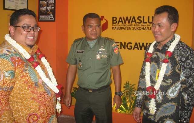 (Dari kiri ke kanan) Komisioner Bawaslu, Rahmad Barja; Kasdim 0726/Sukoharjo, Mayor (Inf) Nurul Munthahar; dan anggota Bawaslu Jateng, Sri Sumanta, berbincang seusai meresmikan pojok pengawasan Panwaskab Sukoharjo, Kamis (1/2/2018). (Trianto Hery Suryono/JIBI/Solopos)