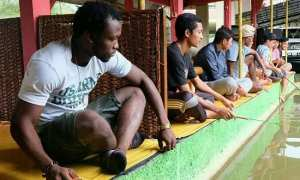 Ibrahim Conteh (kiri) bersama pemain lain PSIS Semarang memancing di Pemancingan Andeng-Andeng, Desa Jimbaran, Kacamatan Bandungan, Kabupaten Semarang, Jateng Selasa (6/2/2018). (Instagram-@psisfcofficial)