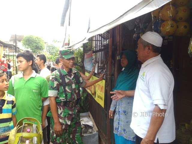Anggota Polresta dan Kodim 0735/Solo berada di rumah terduga teroris Hari Suratno, di Semanggi, Pasar Kliwon,Minggu (4/2/2018). (Muhammad Ismail/JIBI/Solopos)
