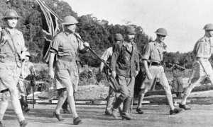Letnan Jendral Arthur Percival (paling kiri) didampingi seorang perwira Jepang Ichiji Sugita (tengah) sesaat sebelum menyatakan kekalahannya dalam Pertempuran Singapura, 15 Februari 1942. (Wikimedia.org)