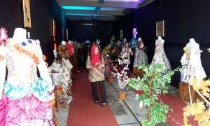 Sejumlah pengunjung melihat pakaian hasil karya siswa SMAN 2 Karanganyar berbahan plastik dan kertas maupun kain bekas saat pentas seni dan edufair pada Selasa (13/2/2018). (Sri Sumi Handayani/JIBI/SOLOPOS)