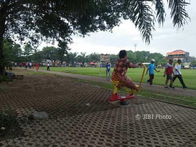 Warga memanfaatkan fasilitas alat-alat fitness di Lapangan Gulun Kota Madiun, Jumat (9/2/2018). (Abdul Jalil/JIBI/Madiunpos.com)