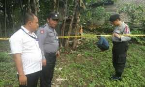 Aparat Polres Magetan memasang police line di lokasi ditemukannya Sugeng Hariyadi meregang nyawa karena tersengat listrik, Kamis (15/2/2018). (Istimewa/Polres Magetan)