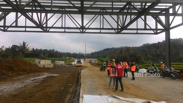 Petugas PT Jasamarga Solo Ngawi/JSN (sebelumnya bernama PT Solo Ngawi Jaya atau SNJ) berdiskusi mengenai pembangunan jalan tol paket III Salatiga-Boyolali, di gerbang tol Mojosongo, Boyolali Rabu (7/2/2018). (Akhmad Ludiyanto/JIBI/Solopos)