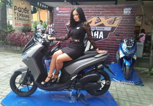 Model menaiki sepeda motor keluaran terbaru Yamaha Lexi saat di-launching di Kota Madiun, Rabu (14/2/2018). (Abdul Jalil/JIBI/Madiunpos.com)