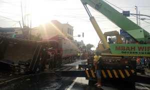 Crane mengevakuasi truk yang terlibat kecelakaan di Perempatan Genengan, Mojosongo, Solo, Selasa (6/3/2018). (Muhammad Ismail/JIBI/Solopos)