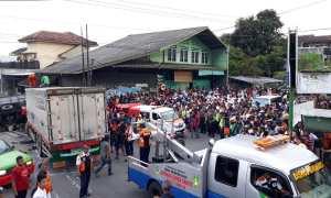 Suasana sesaat setelah kecelakaan di Perempatan Genengan, Mojosongo, Solo, Selasa (6/3/2018). (Nicolaus Irawan/JIBI/Solopos)