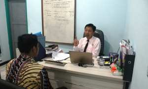 Ketua Panwaslu Sragen Heru Cahyono (kanan) memeriksa Kades Dawung Aris Sudaryanto di Kantor Panwaslu Sragen, Rabu (7/3/2018). (Tri Rahayu/JIBI/Solopos)
