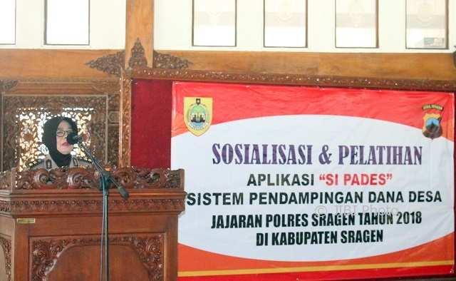 Kasubdit Bin Polmas Polda Jateng AKBP Dian Restu Pratiwi memaparkan subtansi Sipades di Pendapa Sumonegaran Rumdin Bupati Sragen, Jumat (9/3/2018). (Tri Rahayu/JIBI/Solopos)