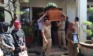 Petugas memikul peti jenazah Reni Ratnasari di rumah duka, Brumbung, Kaliancar, Wonogiri, Senin (12/3/2018). (Rudi Hartono/JIBI/Solopos)