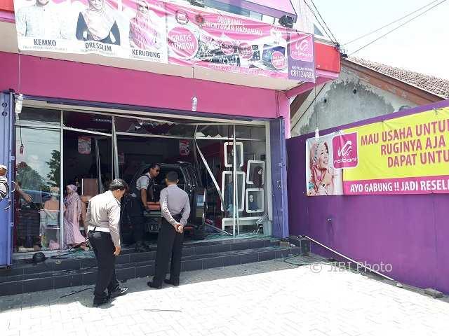 Mobil Toyota Rush masuk toko kerudung Rabbani di Palur, Karanganyar, Senin (12/3/2018). (Sri Sumi Handayani/JIBI/Solopos)