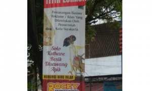 Salah satu banner reklame vertikal bergambar tokoh wayang di Kota Solo. (Istimewa/Arif Edi Harsanto)