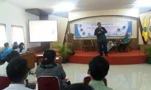 Pemateri memberi paparan dalam seminar bertajuk Information Security and Mobile Computing, Tren Teknologi dan Peluang Kerja, di Kampus Respati, Kamis (14/3/2018). (Harian Jogja/Sunartono)