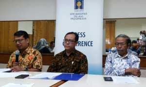 Rektor UII Nandang Sutrisno (tengah) saat memberikan keterangan pers terkait UU MD3, Kamis (22/3/2018). (Harian Jogja/Sunartono)