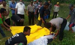 Petugas kepolisian mengevakuasi jasad Supardi yang ditemukan di Sungai Teleng Ria, Pacitan, Kamis (22/3/2018). (Istimewa/polrespacitan.com)