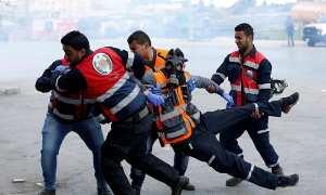 Warga Palestina terluka saat bentrok dengan pasukan Israel, Jumat (16/3/2018). (Mohamad Torokman/JIBI/Reuters)