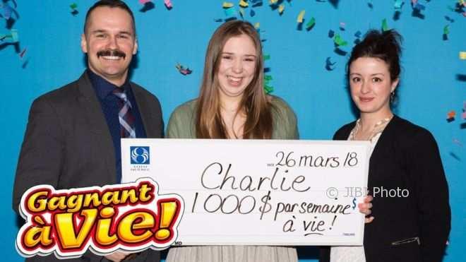 Charlie (tengah) saat mendapat hadiah lotere (Loto Quebec)