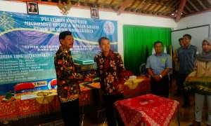 Ketua Yayasan Pendidikan Widya Bakti Teguh Wiyono (dua kiri) menyerahkan bantuan kepada Pemerintah Desa Petir, Rongkop akhir pekan lalu. (IST/Humas Akakom)