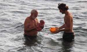 Dokter (kiri) dan ayah sang bayi (Istimewa)