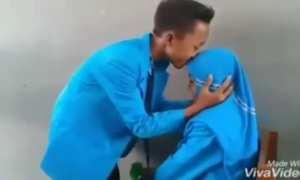 Dua bocah berseragam bergaya seperti orang pacaran (Instagram)