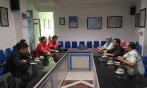 Kru ILC TV One (kiri), berbincang dengan jajaran Harian Umum Solopos. (Rizal Fikri/Solopos.com)