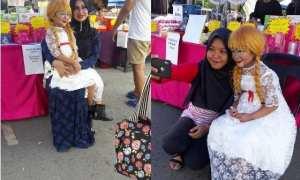Isabell saat diajak foto para pengunjung bazzar (Facebook)