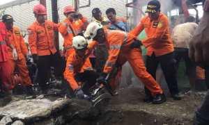 Tim penyelamat evakuasi korban yang terjebak di gorong-gorong dalam laka Mojosongo, Solo, Selasa (6/3/2018). (Istimewa/Akbar/Warga Mojosongo)