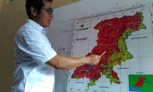 Kepala Pelaksana BPBD Kulonprogo Gusdi Hartono sedang menunjukkan titik-titik wilayah di Perbukitan Menoreh yang merupakan wilayah rawan bencana alam longsor, di ruang rapat BPBD Kulonprogo, Rabu (14/3/2018).(Uli Febriarni/JIBI/Harian Jogja)