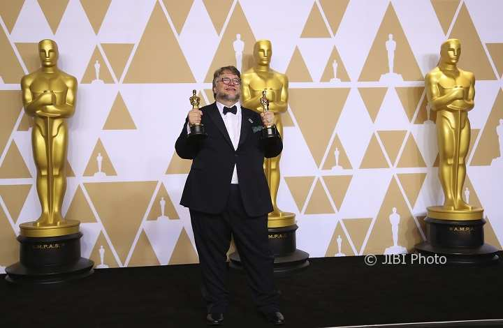 90th Academy Awards - Oscars Backstage - Guillermo del Toro meraih Best Director Award dan the Best Picture Award dari The Shape of Water (Mike Blake/JIBI/Reuters)
