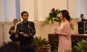 Presiden Jokowi bersama Raisa saat peringatan Hari Musik Nasional 2017 di Istana Negara, Jakarta (Setkab.go.id)