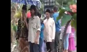 Rombongan pengantin pria detik-detik sebelum jembatan ambrol (Youtube)