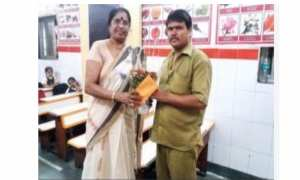 Sarla (kiri) memberi bantuan untuk sopir angkot Amit Gupta (timesofindia.indiatimes.com)