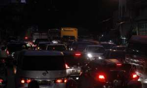 Kendaraan terjebak kemacetan di Jl. S. Parman, Gilingan, Banjarsari, Solo, Jumat (16/3/2018) malam. (Nicolous Irawan/JIBI/Solopos)